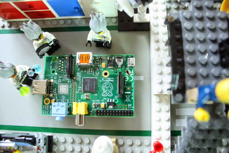 Der Raspberry Pi Model A - drei verrückte Entwickler bei ihrer Arbeit im Labor